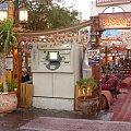 Pancerny bankomat na tle szmacianego baru beduińskiego #egipt #sharm #sheikh #bankomat #beduiński #bar