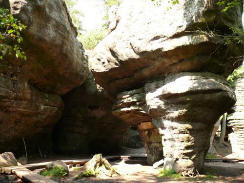 W wyniku procesów niszczących utworzyły się tu ciekawe formy skalne