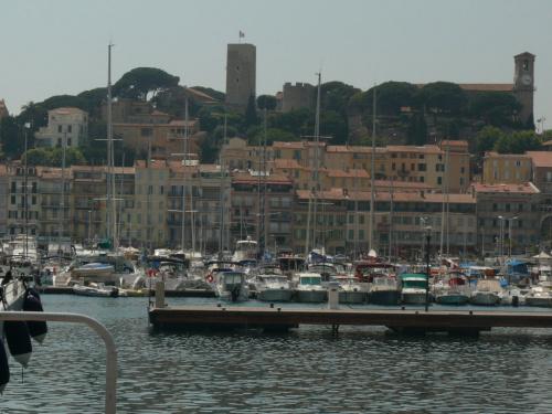 Otaczające port stare miasto Cannes zwane jest Le Suquet #LazuroweWybrzeże